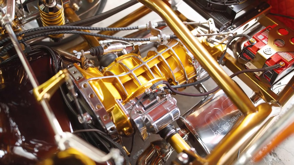 Thậm chí động cơ xe còn được dát vàng ở nhiều chỗ