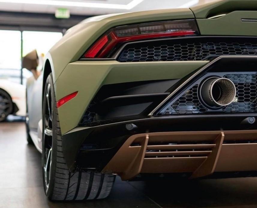 Khả năng đua nước rút từ vị trí xuất phát lên 100 km/h của Lamborghini Huracan EVO 2020 được rút xuống thời gian chỉ còn 2,9 giây, nhanh hơn 0,3 giây so với Lamborghini Huracan LP610-4. Vận tốc tối đa của siêu xe Lamborghini Huracan EVO 2020 đạt mức hơn 325 km/h.