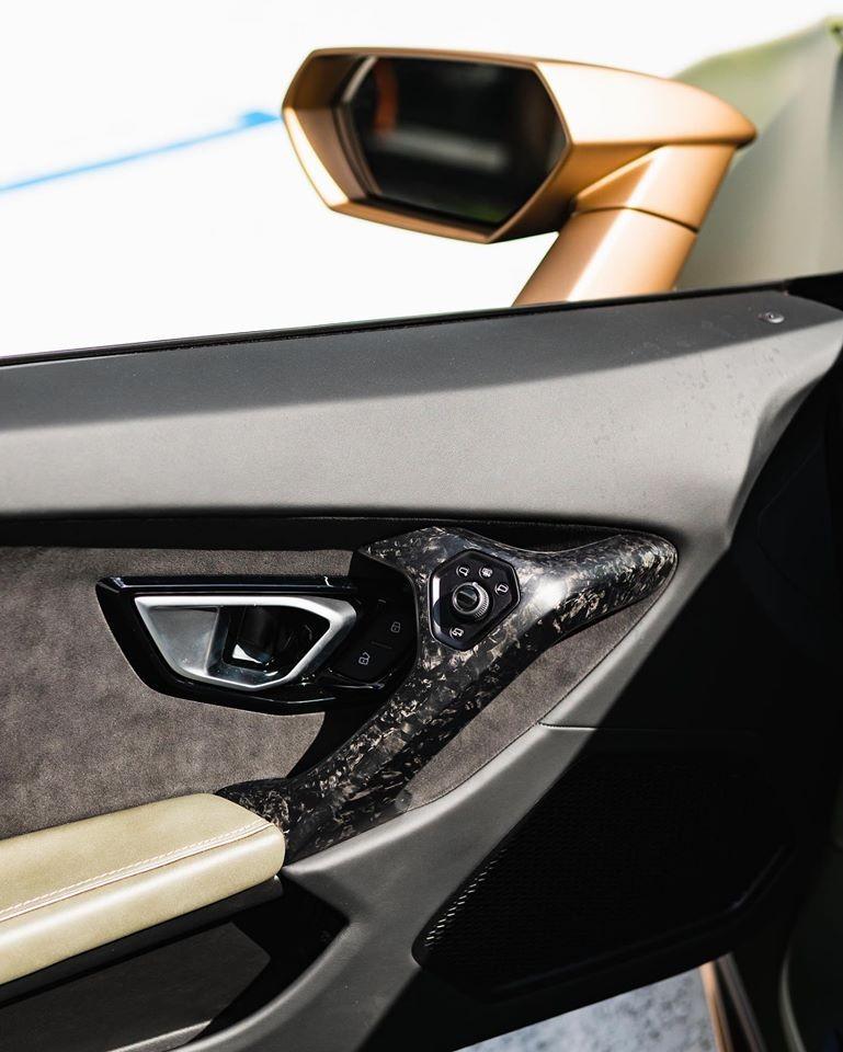 Thay vì tùy chọn ốp sợi carbon thông thường, chủ nhân đã chọn ốp nội thất chiếc Huracan EVO bằng sợi carbon Forged Composite.