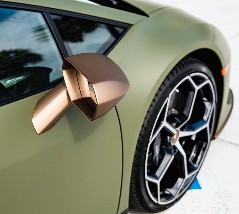 Ngoài màu sơn lạ mắt, chiếc siêu xe Lamborghini Huracan EVO còn được cá nhân hóa với những điểm nhấn màu vàng (Oro Bacchus) chạy ở cản trước hai bên ốp hông, khuếch tán sau cũng như gương xe. Những chi tiết màu vàng này kết hợp với màu đen nhằm tạo nét tương phản cho ngoại thất.