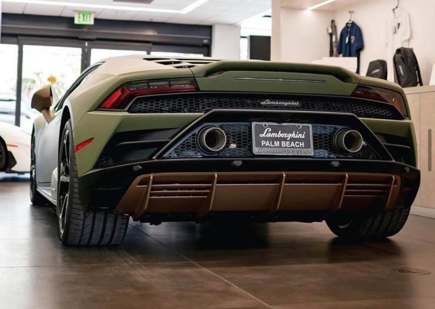 Vẻ đẹp của siêu xe Lamborghini Huracan EVO mang mã màu Verde Baca. Rất hiếm chiếc Lamborghini mang màu xanh quân đội đậm kiểu này.