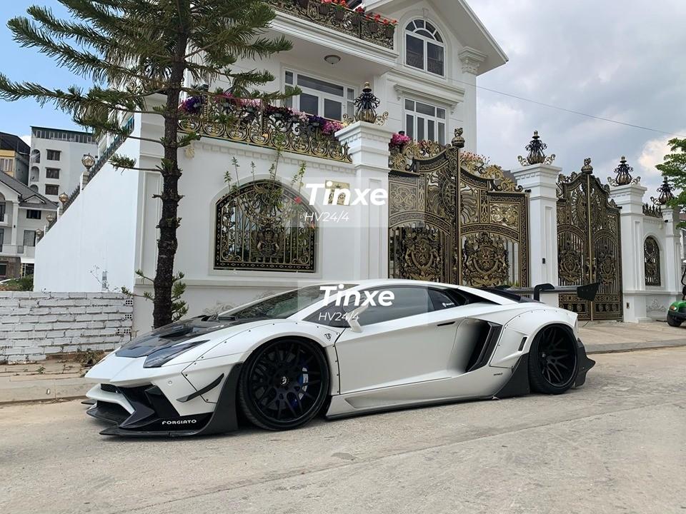 Đối lập với bộ áo trắng nhám trên chiếc siêu xe Lamborghini Aventador Limited Edition 50 phải kể đến nhiều chi tiết bằng sợi carbon trong bản độ body kit hàng hiếm chỉ có 50 xe trên thế giới. Nguyên bản chiếc siêu xe độ Lamborghini Aventador LP700-4 Liberty Walk này có màu xanh Blu Lemans.