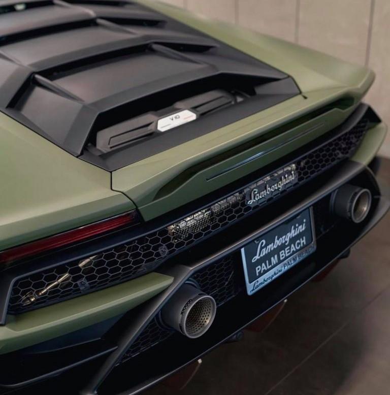 Lamborghini Huracan Evo vẫn được trang bị khối động cơ V10, hút khí tự nhiên, dung tích 5.2 lít nhưng tạo ra công suất tối đa 640 mã lực tại tua máy 8.000 vòng/phút và mô-men xoắn cực đại 600 Nm tại tua máy 6.500 vòng/phút. Các thông số này giống như phiên bản hiệu suất cao Lamborghini Huracan Performante. Tuy nhiên, nếu so với những chiếc Lamborghini Huracan LP610-4 đang lăn bánh tại Việt Nam, Lamborghini Huracan EVO 2020 mạnh hơn 30 mã lực.