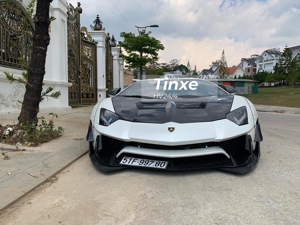 Trong những ngày Xuân Canh Tý này, thành phố ngàn hoa của tỉnh Lâm Đồng đã đón hàng trăm nghìn du khách từ các nơi đổ về đây chơi Tết. Thật bất ngờ là một chiếc siêu xe gầm cực thấp như Lamborghini Aventador Limited Edition 50 cũng từ Sài thành được chủ nhân cho lên Đà Lạt để du Xuân.