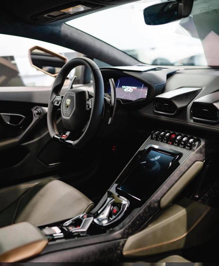 Bên trong khoang lái của chiếc siêu xe Lamborghini Huracan EVO này bọc da màu Verde Baca tông xuyệt tông ngoại thất.