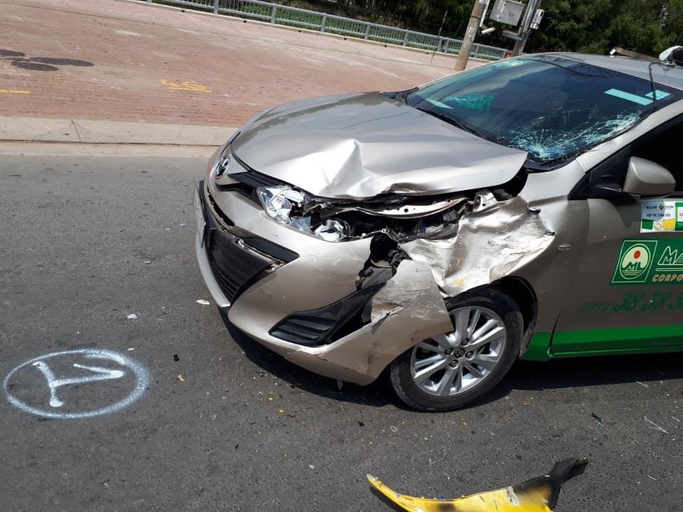 Chiếc xe taxi bị móp vỡ phần đầu sau cú đâm mạnh