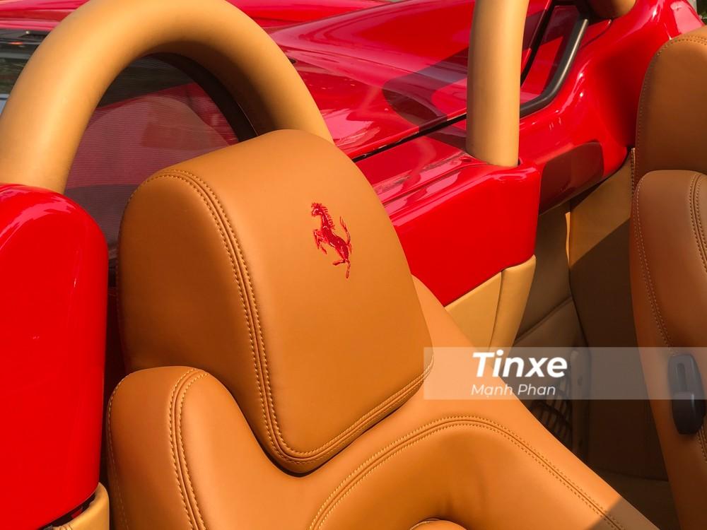Phần ghế ngồi của xe bọc da màu nâu kết hợp với đó là logo ngựa chồm hoàn thành với chỉ khâu màu đỏ.