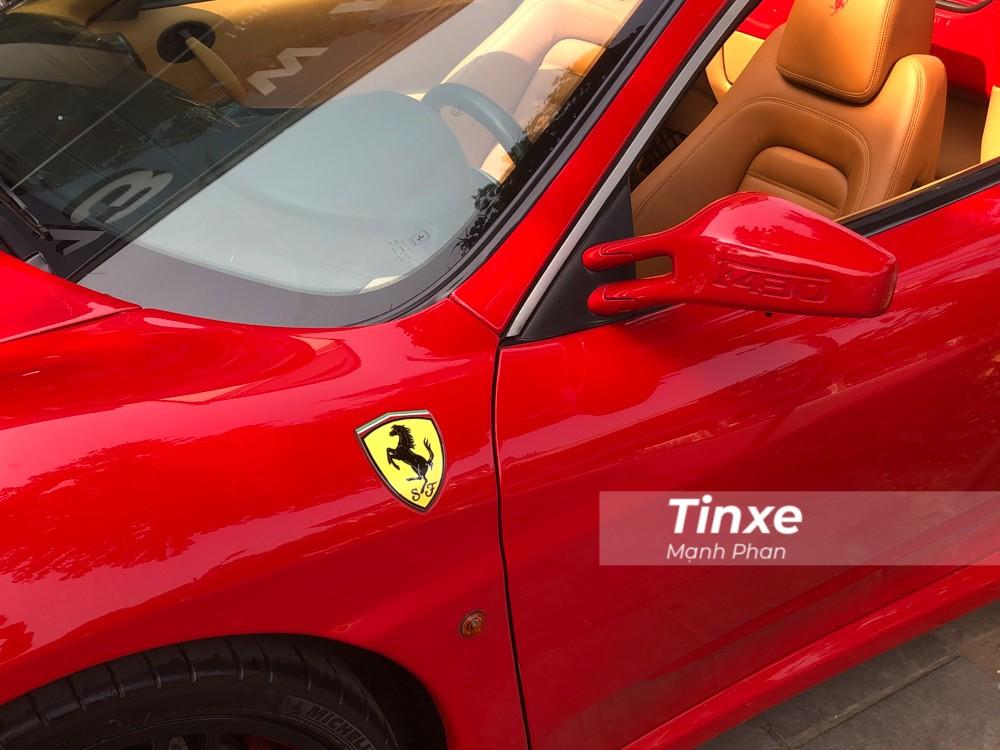 Trên vỏ gương của xe còn in dập nổi dòng chữ F430 thể hiện đời xe. Chi tiết này không được nhìn thấy trên các thế hệ sau chẳng hạn như Ferrari 458 Italia, Ferrari 488 GTB hay Ferrari F8 Tributo.