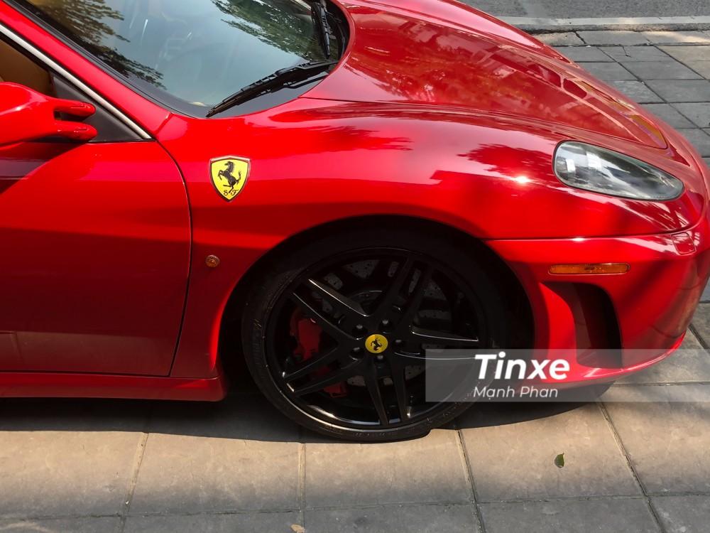 Ngoài bộ áo đỏ rực, chiếc siêu xe Ferrari F430 Spider này còn có bộ mâm 5 chấu kép sơn đen cùng kẹp phanh màu đỏ và chụp mâm màu vàng phối cùng logo ngựa chồm màu đen.