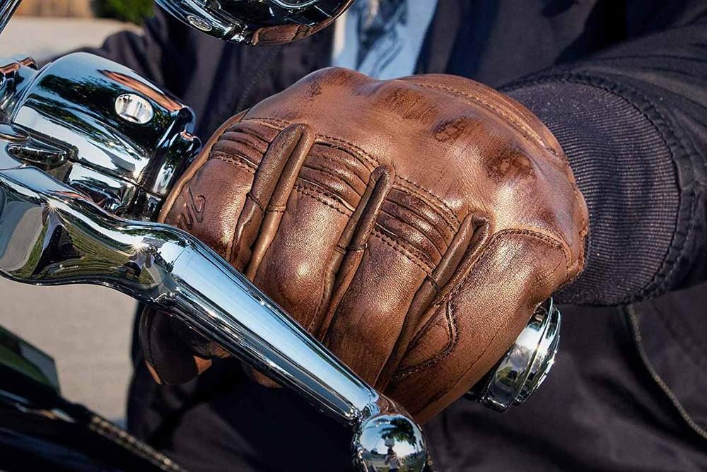 Đeo găng tay khi sử dụng xe máy giúp tránh cho bàn tay tiếp xúc trực tiếp với virus
