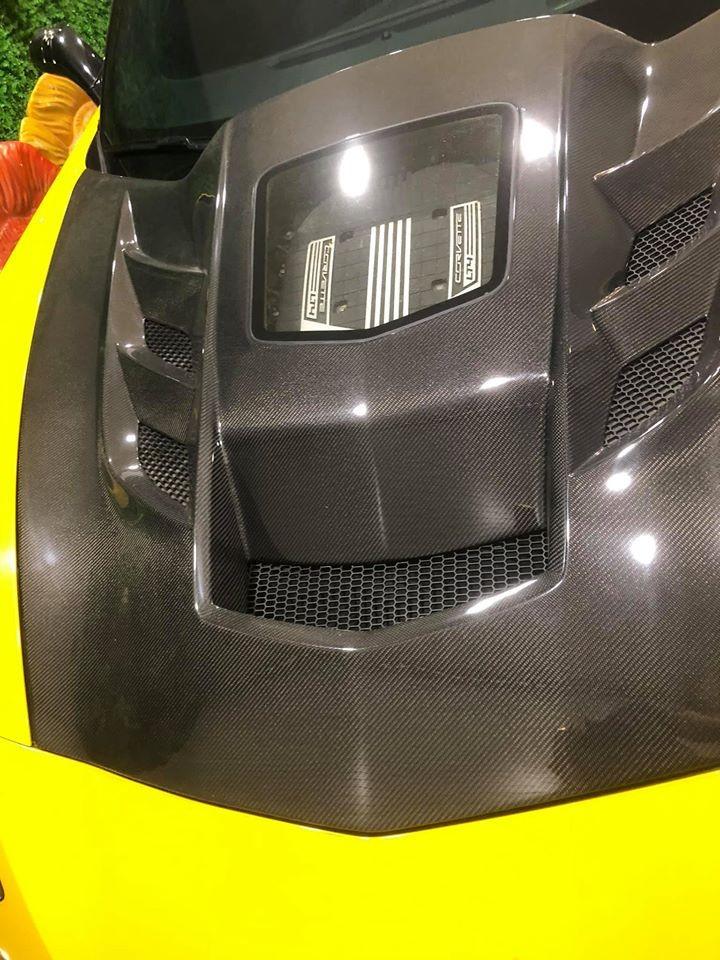 Chiếc Chevrolet Corvette C7 Z06 Convertible này được độ nắp capô phía trước bằng carbon
