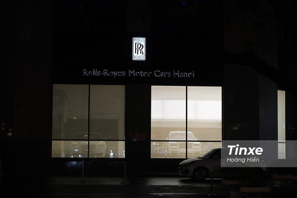 Rolls-Royce Cullinan âm thầm về showroom trong tối ngày 4/2/2020.