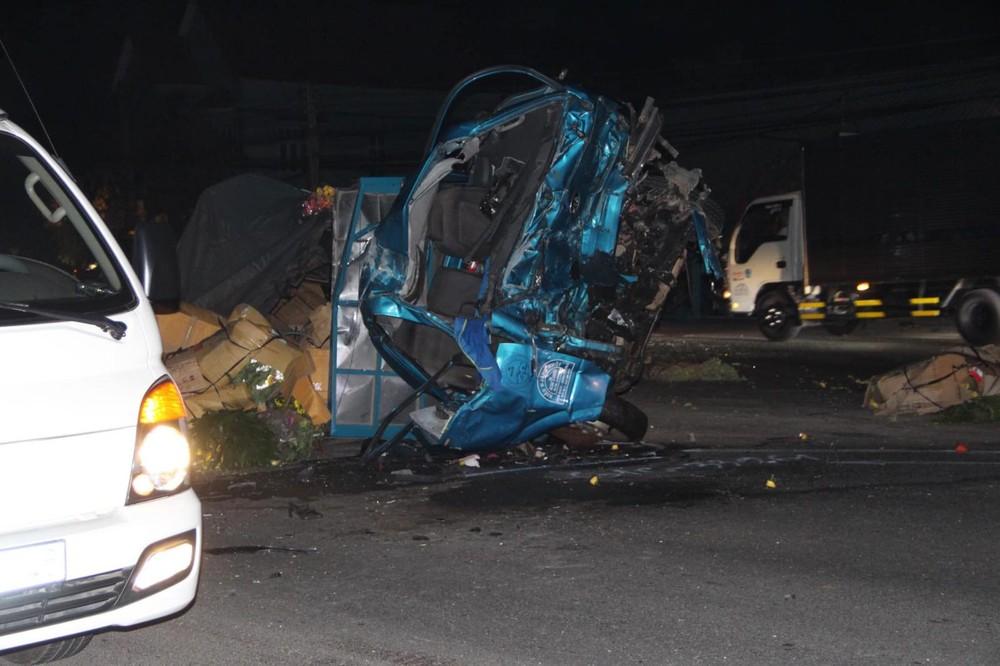 Chiếc ô tô tải bị biến dạng hoàn toàn sau vụ tai nạn