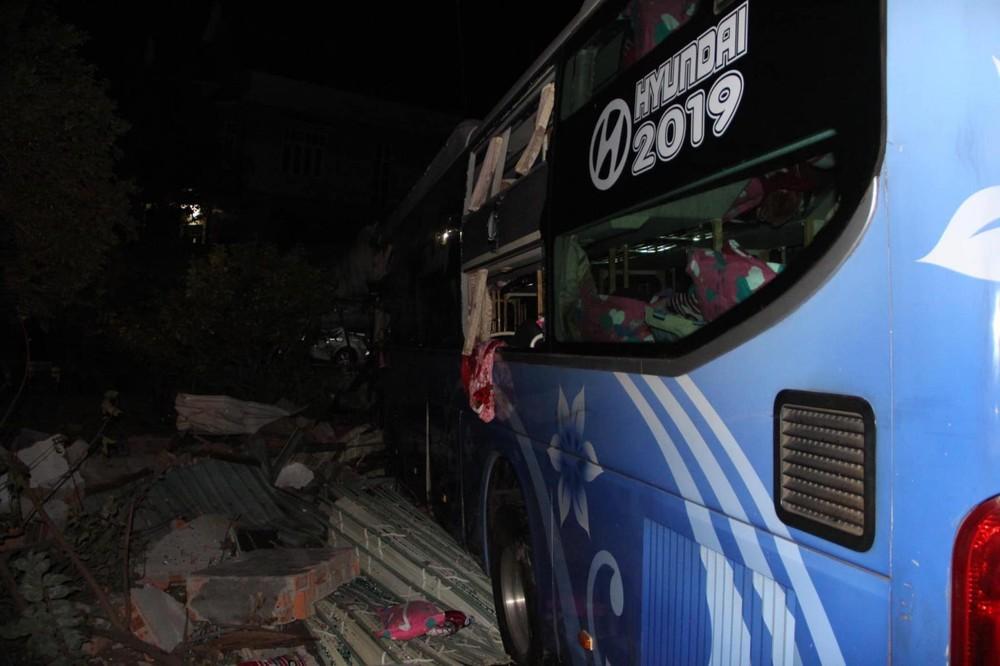 Chiếc ô tô khách tông vào nhà dân bên đường