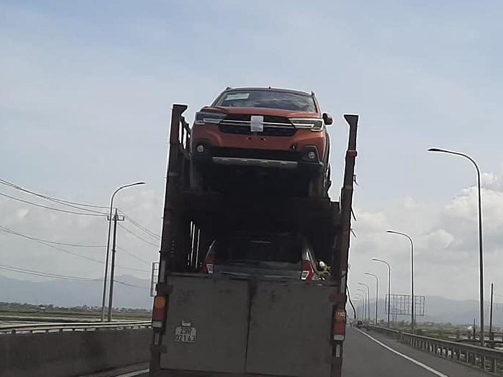Suzuki XL7 bị bắt gặp trên một chiếc rơ- moóc mang biển số Hà Nội (Ảnh: Mạnh Hà)