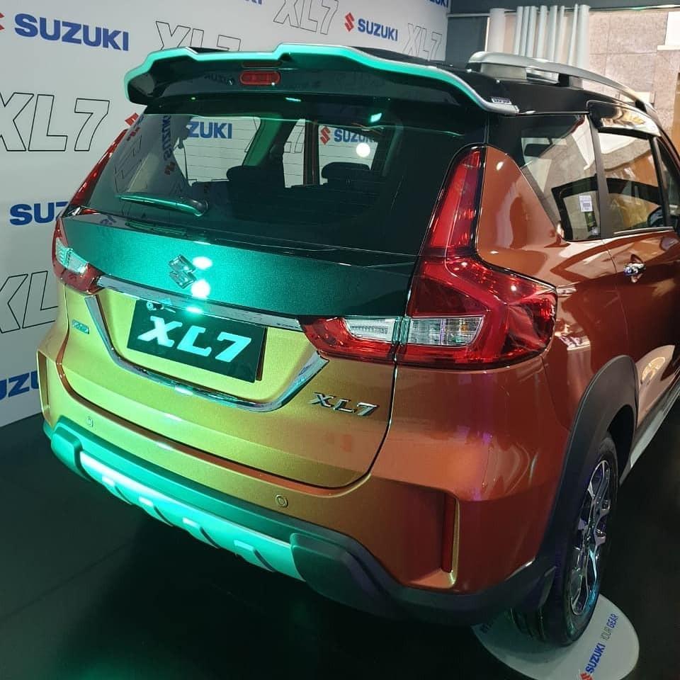 Xe được trang bị hệ thống đèn full LED với đèn hậu có thiết kế khá giống Suzuki Ertiga