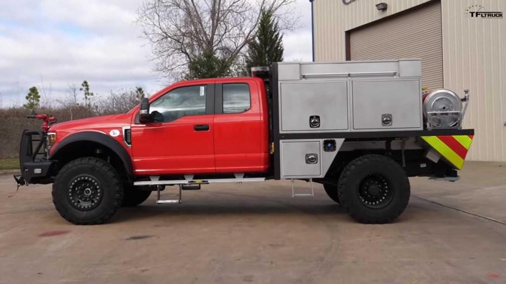 Phía bên sườncủa chiếc bán tải F-550 chuyển sang làm xe cứu hỏa
