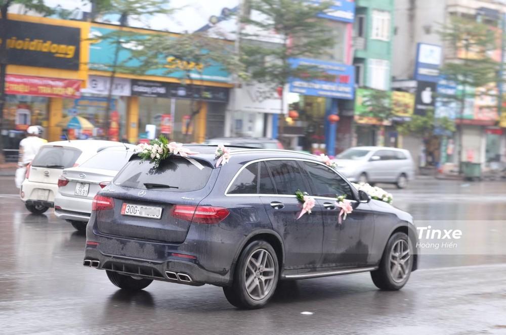 Chiếc Mercedes-Benz GLC 300 làm xe hoa cho Duy Mạnh di chuyển trên đường phố Hà Nội