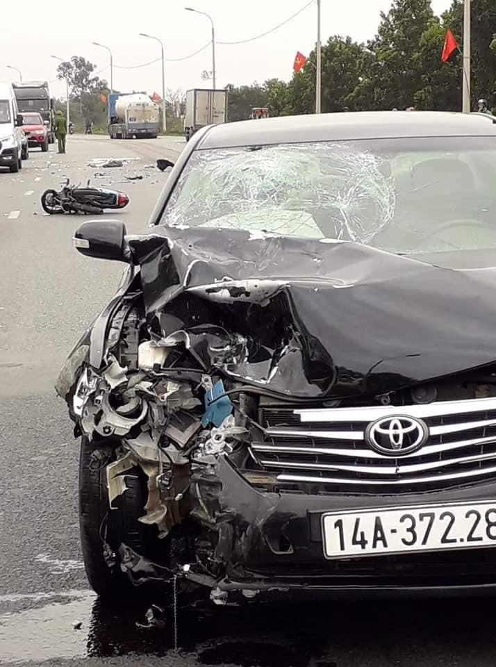 Chiếc Toyota Camry bị vỡ nửa đầu xe