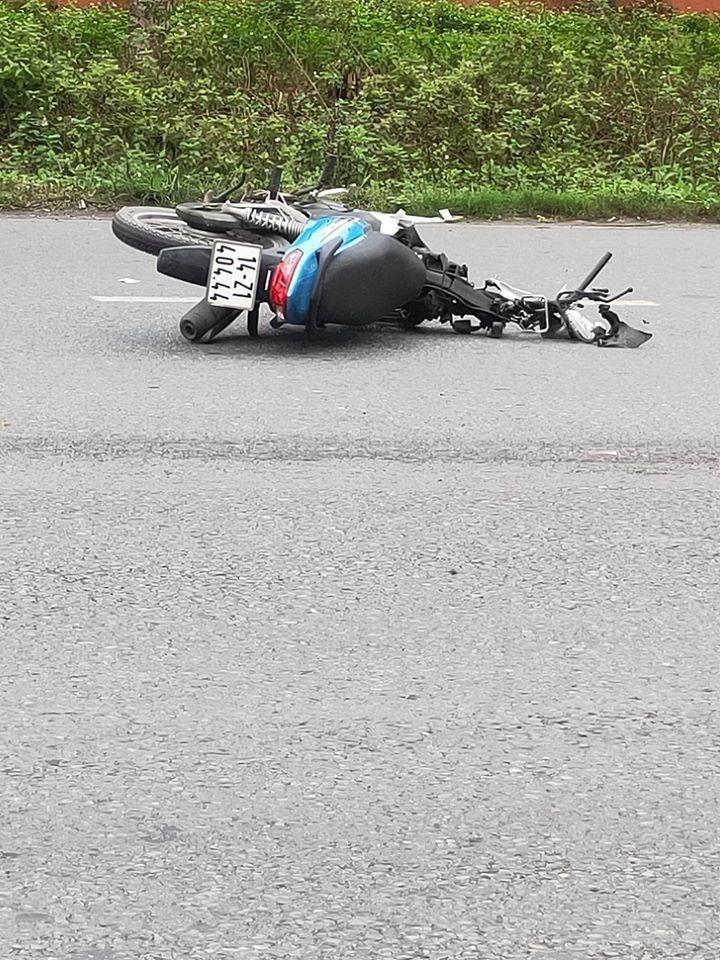 Chiếc xe máy vỡ nát phần đầu và yếm trước