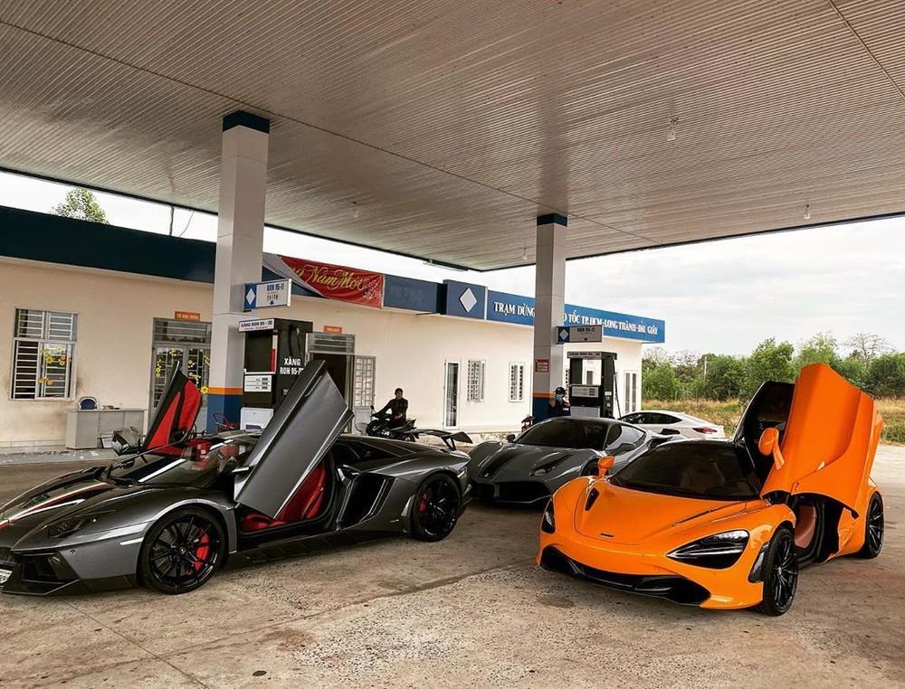 Dàn siêu xe của đoàn Car Passion tại một trạm xăng