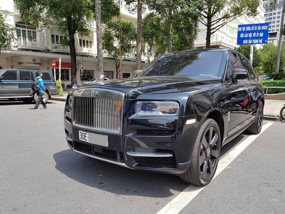 Một chiếc Rolls-Royce Cullinan màu đen rất đẹp mắt