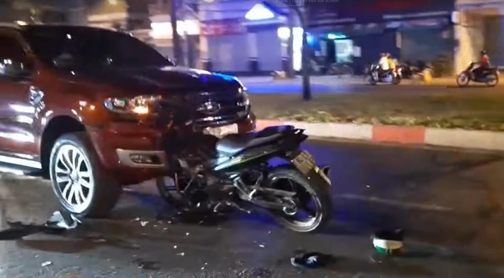Chiếc xe máy găm chặt vào đầu ô tô