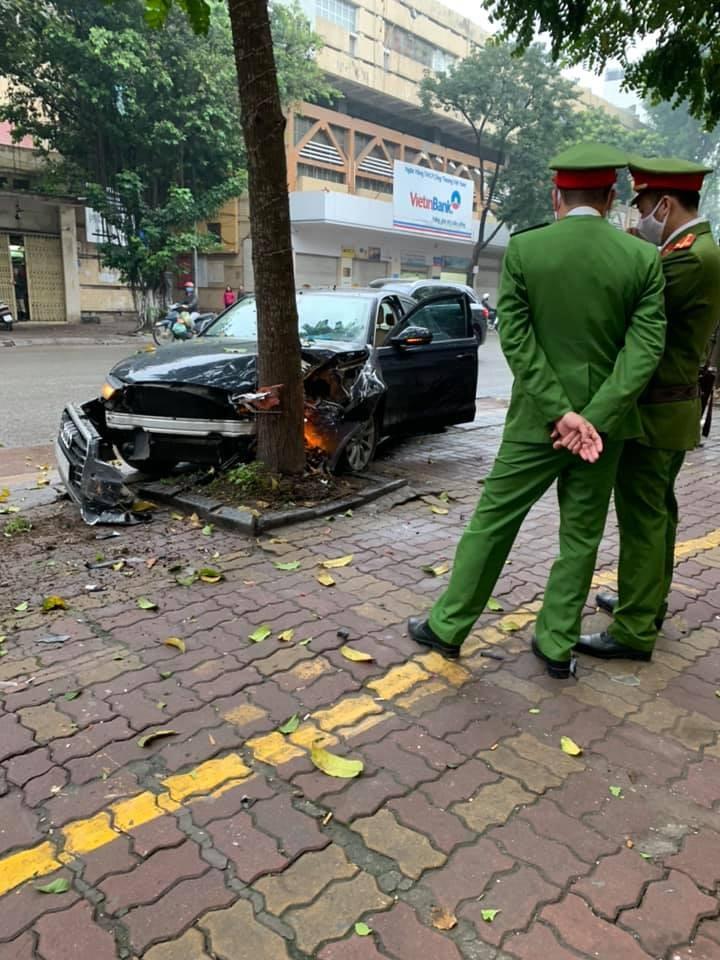 Chiếc xe hư hỏng nặng sau cú đâm mạnh