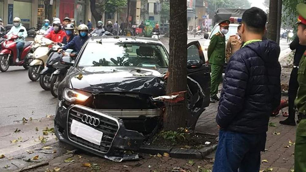 Hiện trường vụ tai nạn xe Audi trên phố Huế sáng ngày 12/2