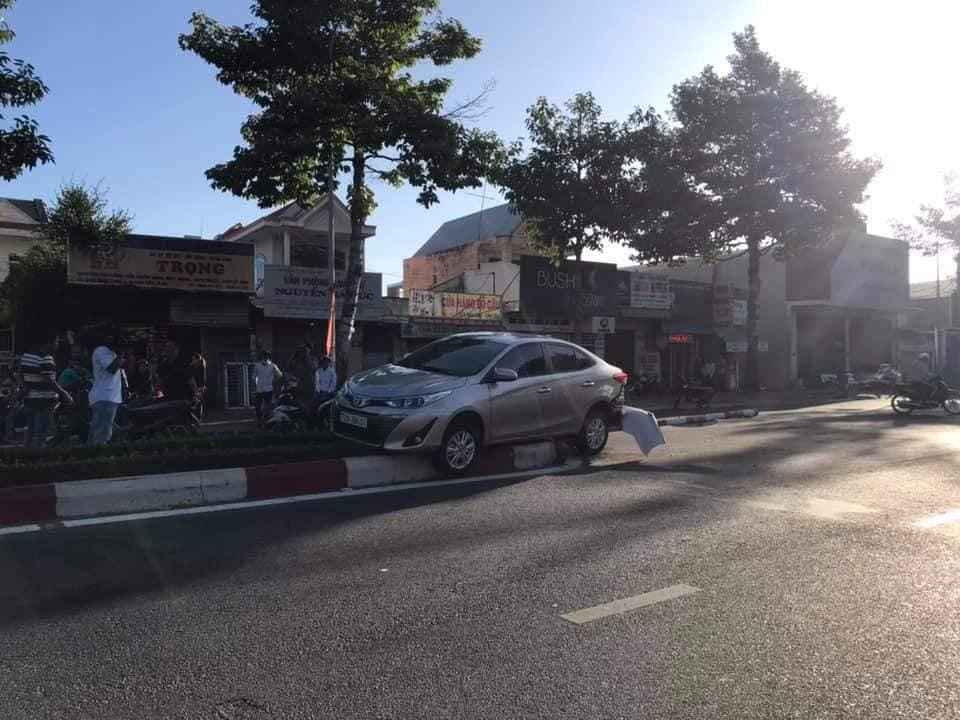 Chiếc Toyota Vios nằm trên dải phân cách