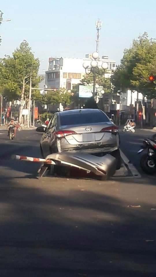 Chiếc Toyota Vios bị bung cản sau