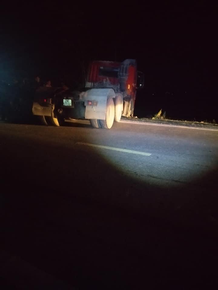 Chiếc ô tô đầu kéo tại hiện trường vụ tai nạn