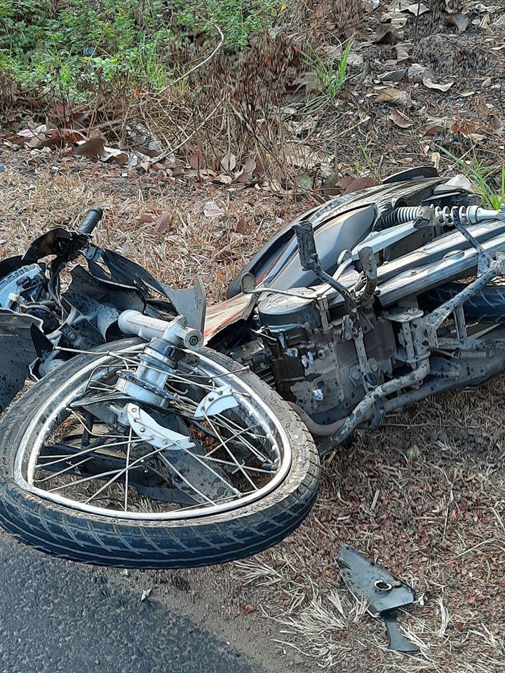 Chiếc xe máy của nạn nhân bị vỡ nát