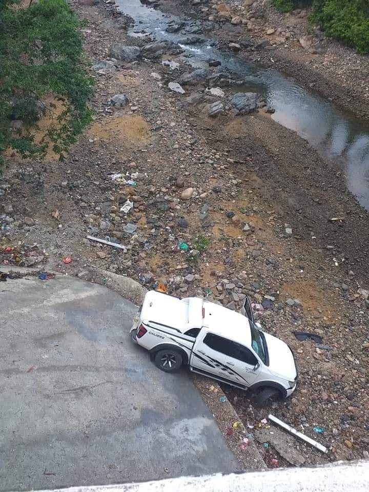 Chiếc xe bán tải lao xuống suối sau vụ tai nạn