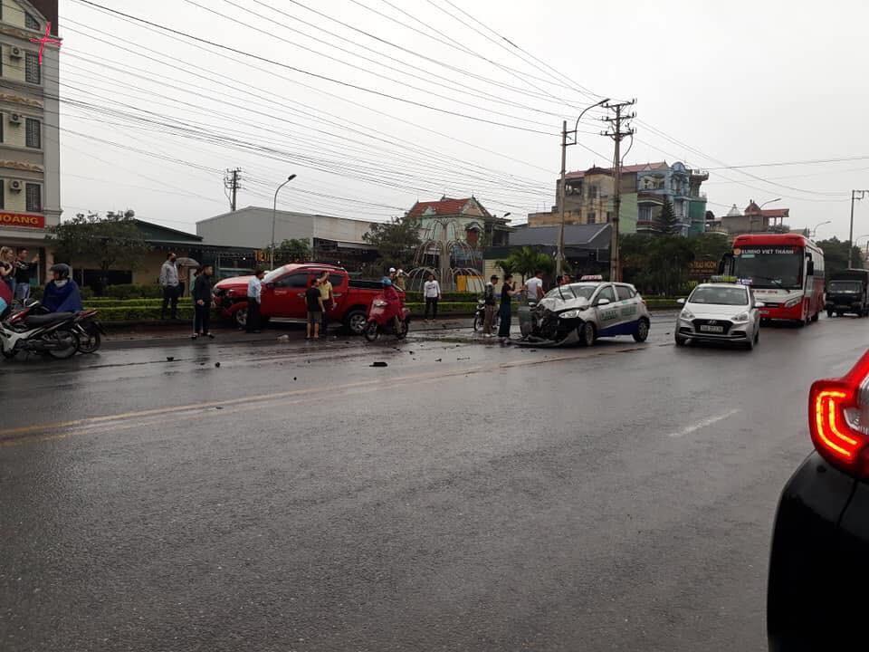 Hiện trường vụ tai nạn giữa 2 chiếc ô tô
