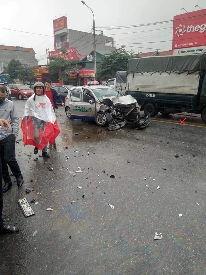 Chiếc taxi bị vỡ nát đầu xe