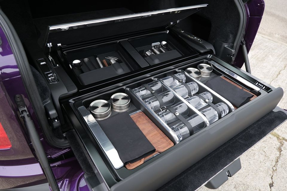 Chiếc SUV siêu sang Royce Cullinan phiên bản Black Badge ở Hồng Kông còn có thêm tuỳ chọn bàn ăn rất ấn tượng. Điều này cho thấy hãng xe Anh quốc có thể mang bất cứ thứ gì chủ xe thích lên nội thất của Cullinan