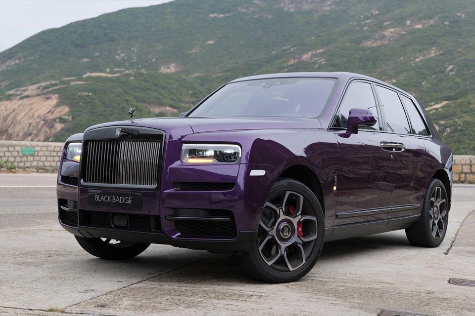 Chiếc SUV siêu sang Rolls-Royce Cullinan phiên bản Black Badge của một đại gia ở Hồng Kông đặt mua có ngoại thất sơn màu tím rất nữ tính. Không rõ đây có phải là món quà mà người chồng hay đại gia nào đó mua tặng cho nửa kia của mình hay là đồ chơi mới của một chị em nào đó tự mua.