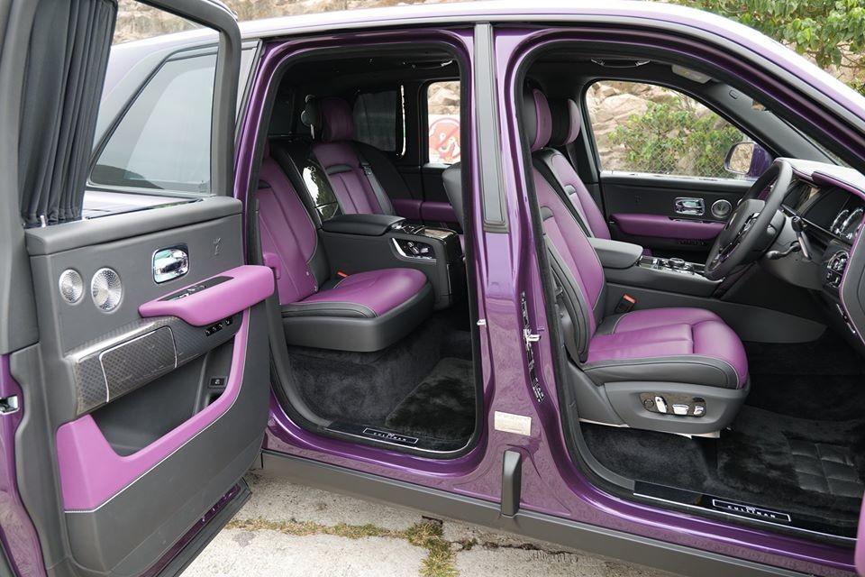 Màu tím tiếp tục được lựa chọn cho bên trong khoang lái của chiếc SUV siêu sang Royce Cullinan phiên bản Black Badge ở Hồng Kông