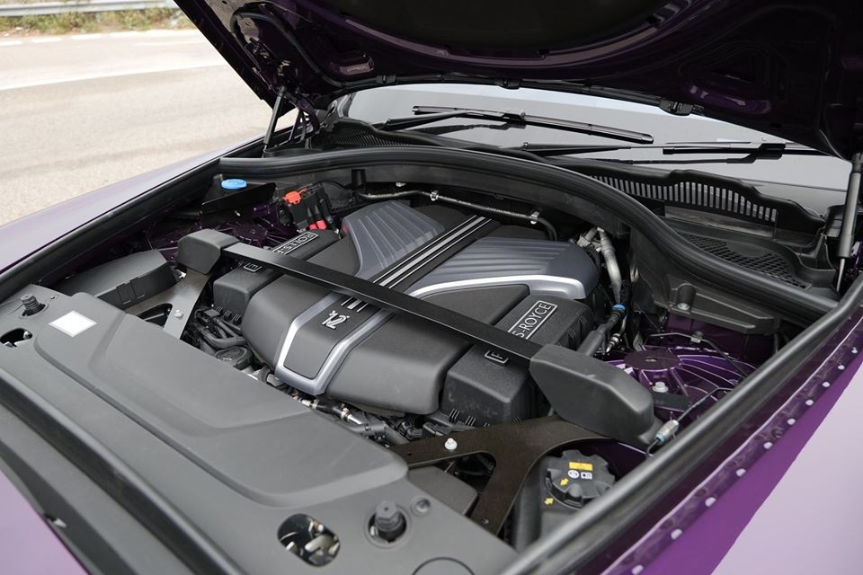 SUV siêu sang Rolls-Royce Cullinan được trang bị động cơ V12, tăng áp kép, dung tích 6.75 lít, sản sinh công suất tối đa 563 mã lực và mô-men xoắn cực đại 850 Nm tại vòng tua máy 1.600 vòng/phút. Động cơ của Rolls-Royce Cullinan được trang bị hộp số tự động ZF 8 cấp, hệ dẫn động 4 bánh toàn thời gian và đánh lái 4 bánh hoàn toàn mới.