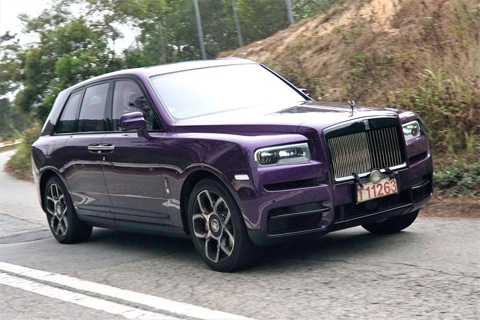 SUV siêu sang Rolls-Royce Cullinan không phải là cái tên quá xa lạ với giới nhà giàu tại Hồng Kông, gần đây một đại gia ở Hương Cảng còn chọn mua Rolls-Royce Cullinan thuộc phiên bản Black Badge với những tuỳ chọn rất đặc biệt cả bên ngoài và nội thất theo chương trình cá nhân hoá của hãng xe siêu sang Anh quốc.