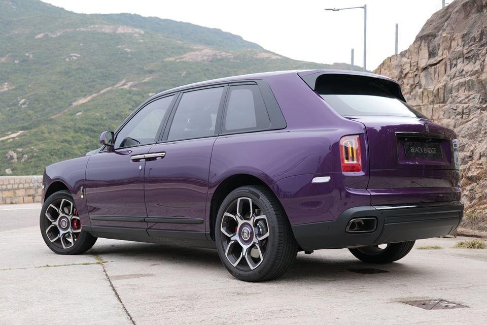 Bộ áo tím rất kén người chọn cho ngoại thất chiếc SUV siêu sang Rolls-Royce Cullinan, riêng phiên bản như Black Badge số xe Rolls-Royce Cullinan màu tím chỉ đếm trên đầu ngón tay.