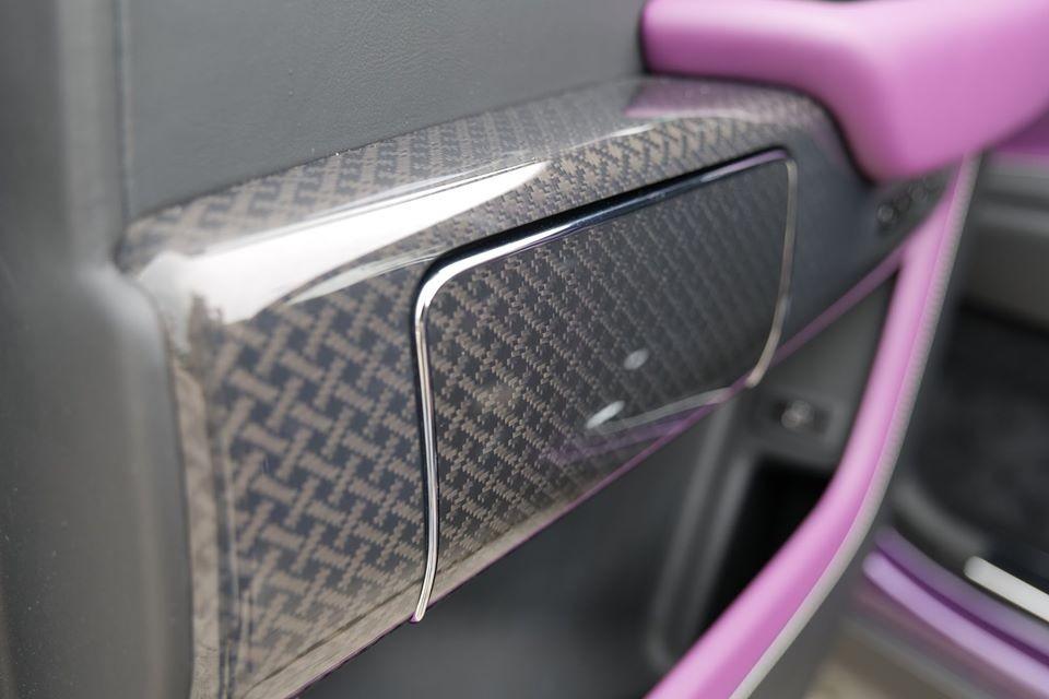 Điểm nhấn của xe còn có nhiều chi tiết carbon với hoa văn rất đẹp mắt theo ý của chủ xe và cả màu đen phối tím ở ghế ngồi.
