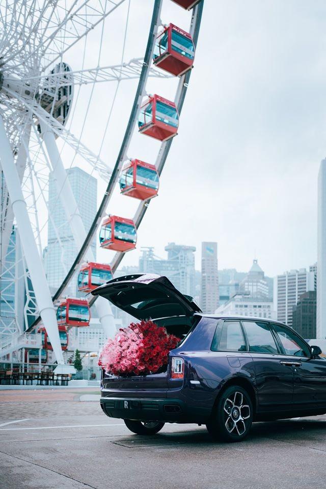 Buổi bàn giao xe còn được trang bị thêm bó hoa hồng cực lớn phủ kín hết khoang hành lý của xe Rolls-Royce Cullinan phiên bản Black Badge này.