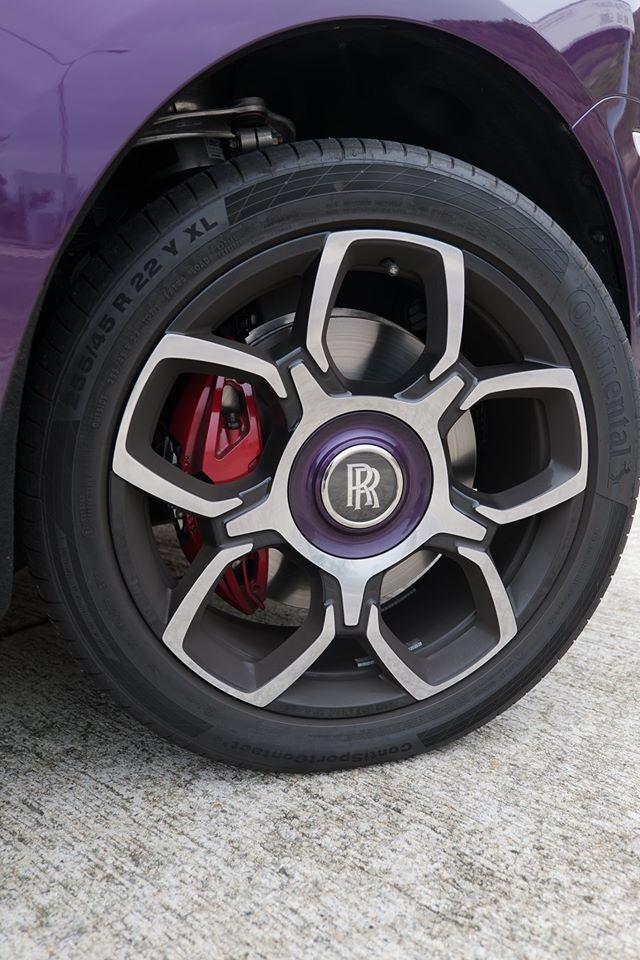 Bộ mâm 5 chấu kép của Royce Cullinan phiên bản Black Badge mới đến Hồng Kông còn có viền chụp mâm hoàn thành màu tím. La-zăng xe sơn 2 màu tương phản cùng kẹp phanh màu đỏ.