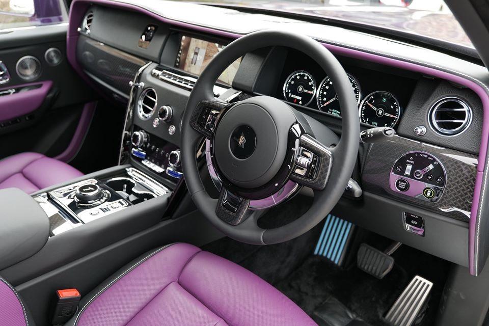 Phiên bản Rolls-Royce Cullinan Black Badge có giá 7,9 triệu HKD, tương đương 30 tỷ đồng nhưng chiếc Rolls-Royce Cullinan Black Badge cá nhân hoá trong bài này có giá lên đến 9 triệu HKD, tương đương gần 35 tỷ đồng.