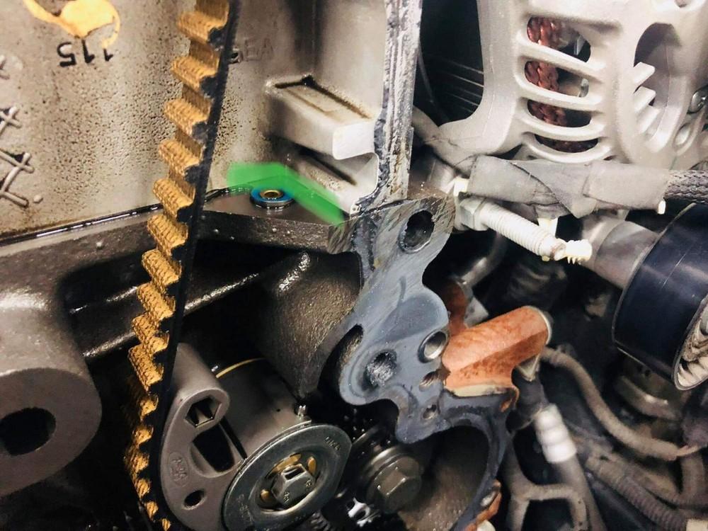 Dầu rò rỉ tại bưởng đầu mặt cam của xe.