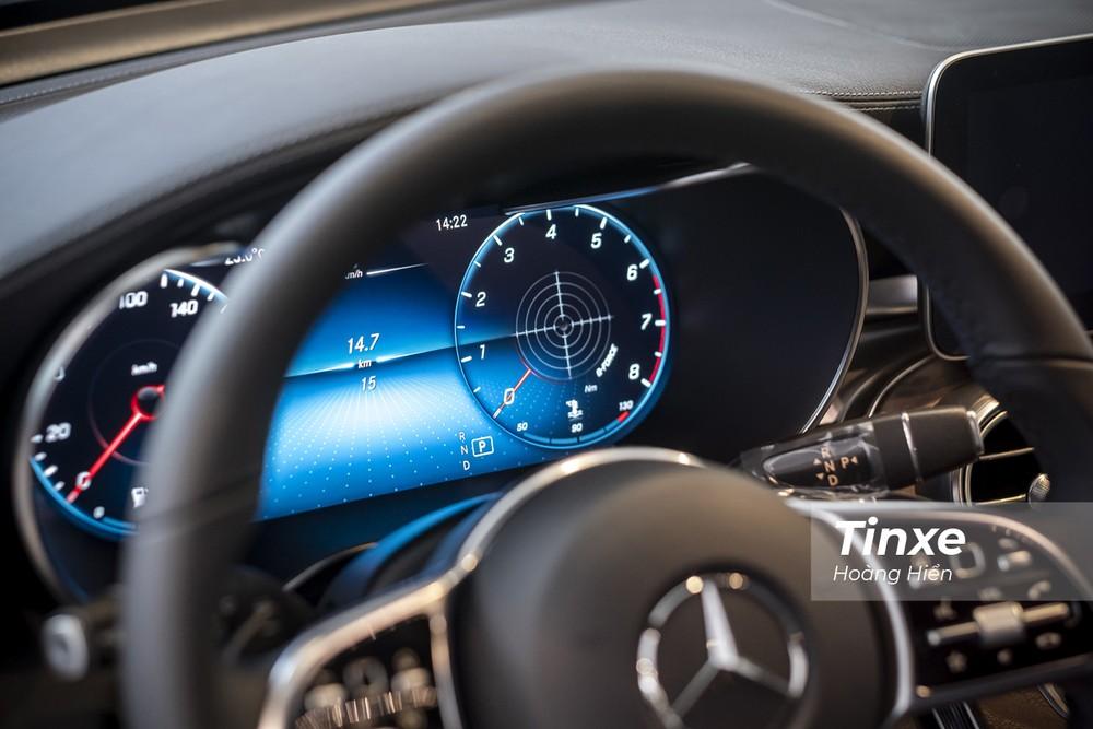 Phía sau vô-lăng là một màn hình điện tử kích thước lớn với khả năng linh hoạt trong hiển thị thông tin cho người lái.