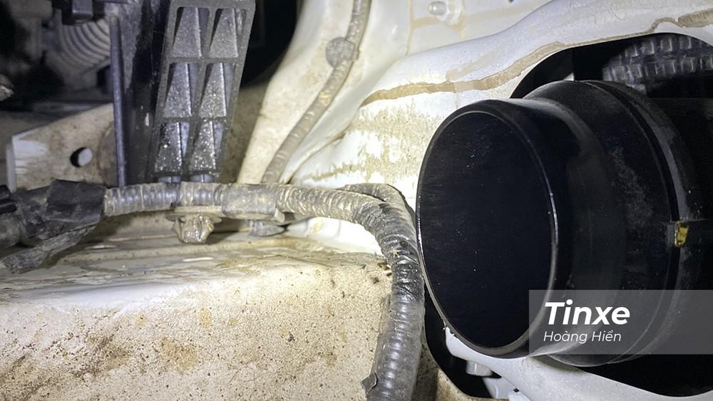 Dầu động trên cổ hút tăng áp của xe.