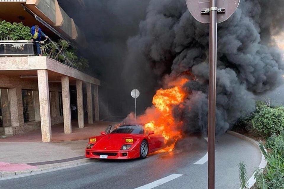 Khói đen bốc lên cao từ chiếc Ferrari F40